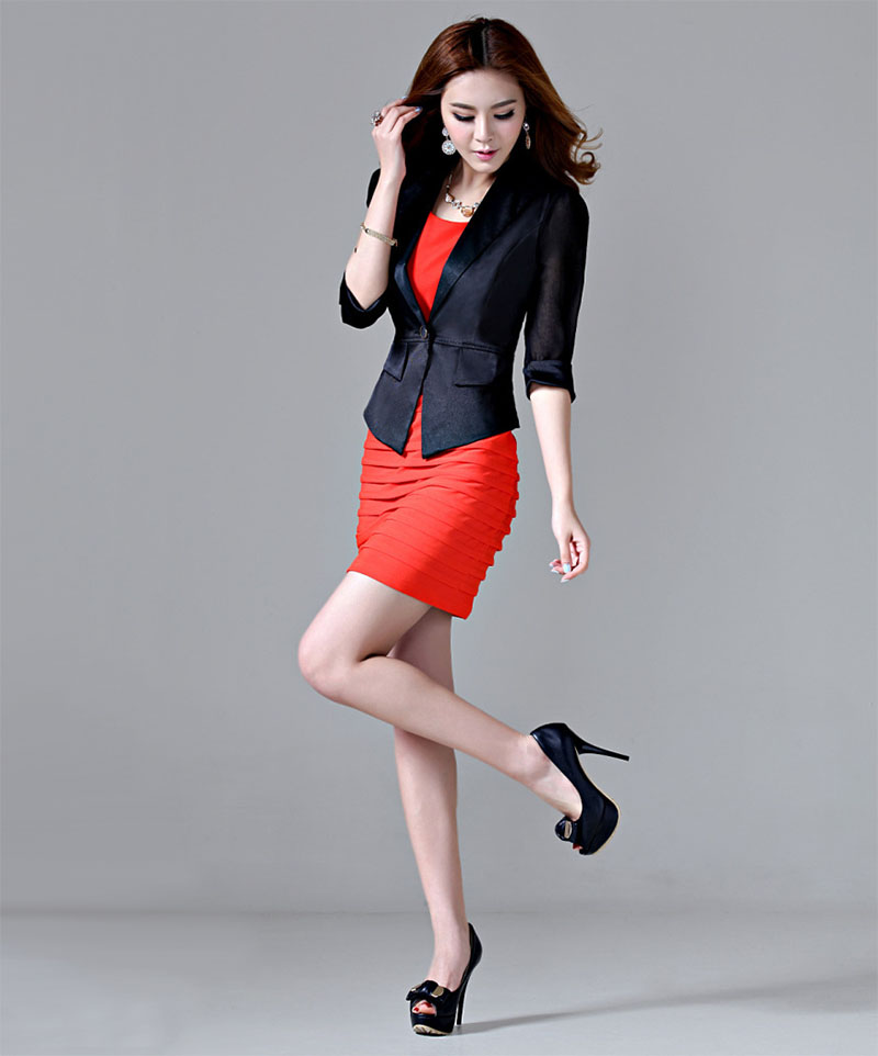 Красное платье с чёрным жакетом