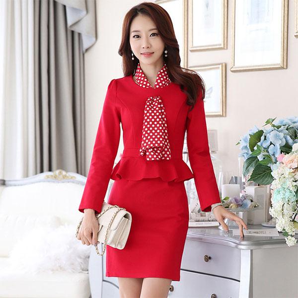 Белая сумочка и сдержанное красное платье