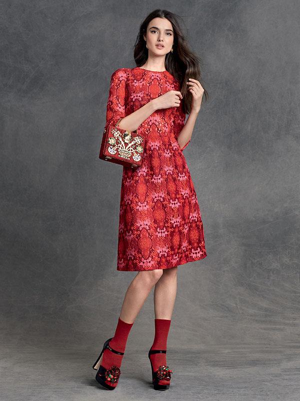 Красное платье с босоножками и носками