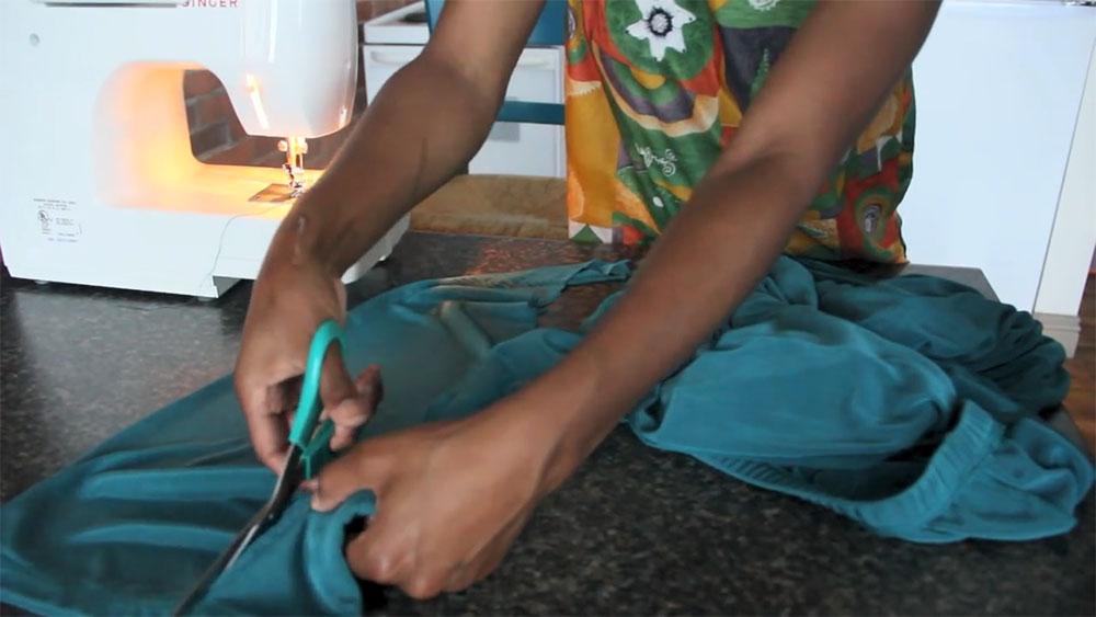 Платье из широких трикотажных брюк на резинке шаг 4
