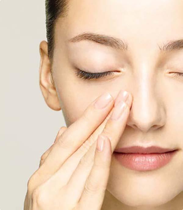 Нанесение базы под макияж спонжем и пальцами: шаг 2