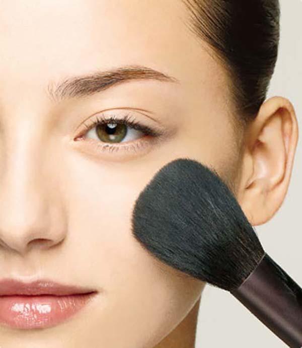 Закрепление макияжа пудрой