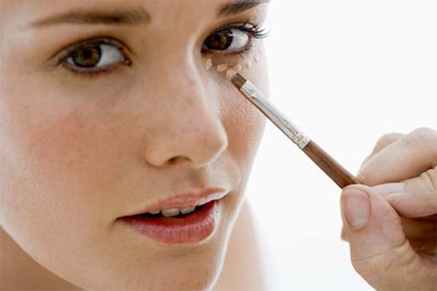 Нанесение базы под макияж вокруг глаз