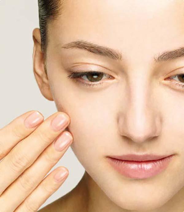 Нанесение базы под макияж пальцами