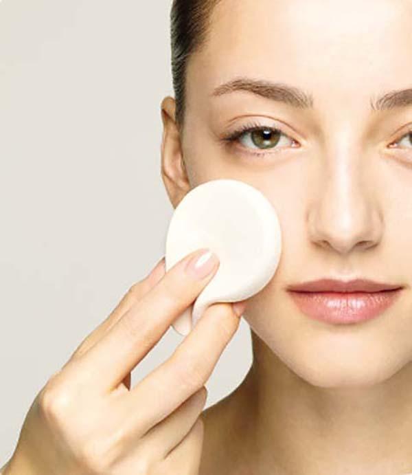 Нанесение базы под макияж спонжем: шаг 1