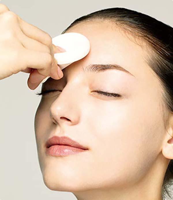 Нанесение базы под макияж спонжем: шаг 2