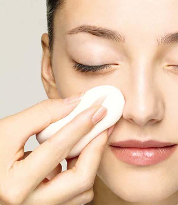 Нанесение базы под макияж спонжем: шаг 3