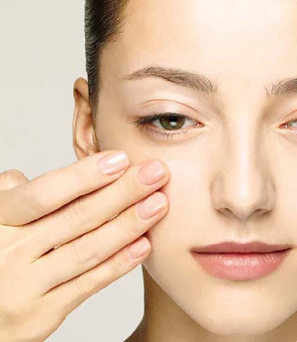 Нанесение базы под макияж спонжем и пальцами: шаг 1