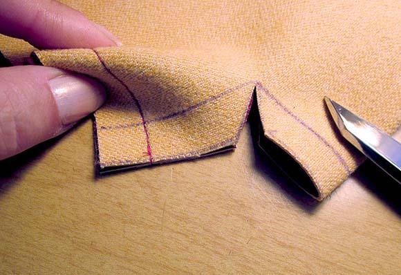Вырезаем нижние углы на полотне сумки