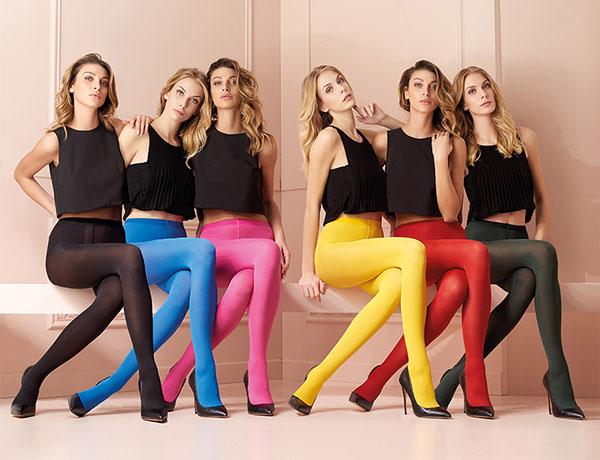 Девушки в цветных колготках