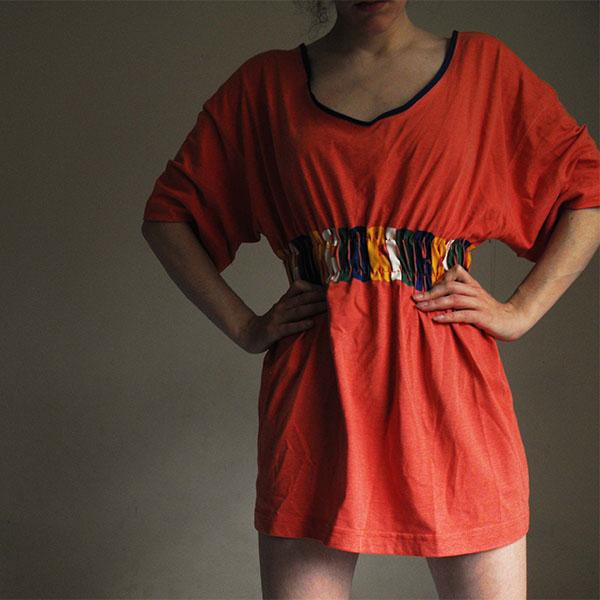 Платье из футболки с цветной полосой под грудью